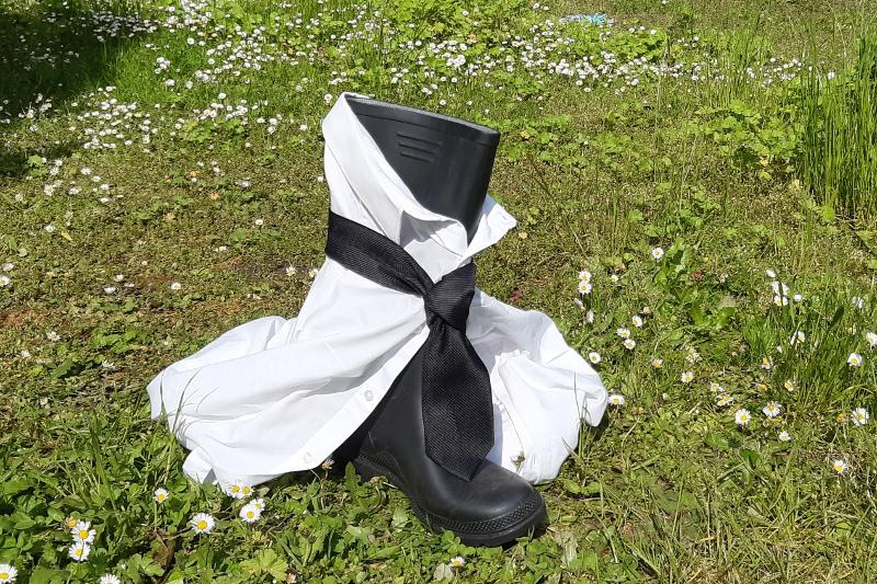 Gumová holínka s kravatou.