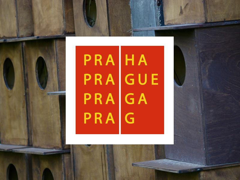 Logo hlavního města Prahy a vyrovnané budky pro velké lesní sovy - puštíka obecného.